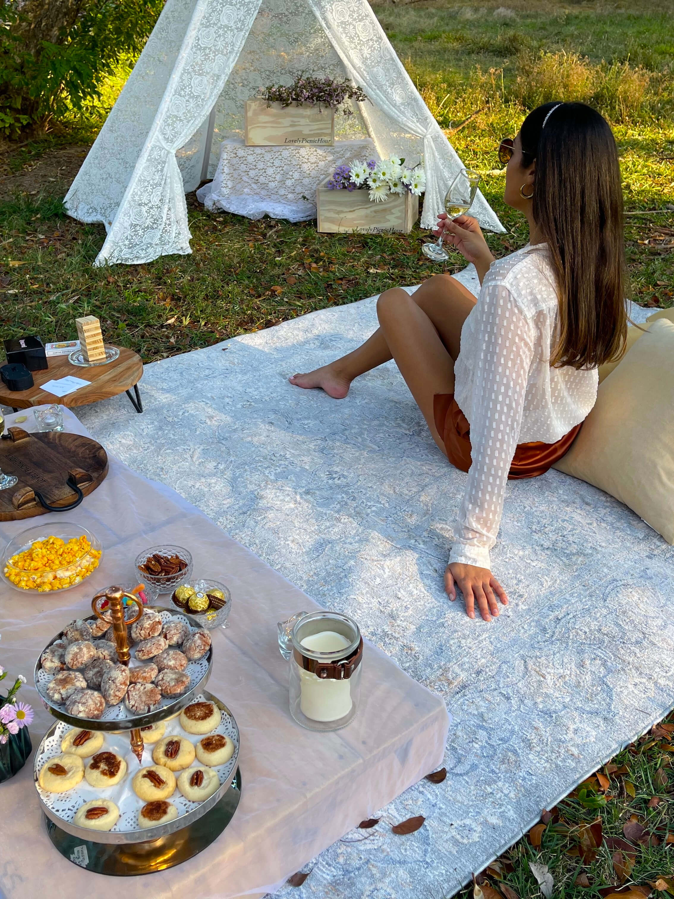 Picnic in San Juan, Puerto Rico, with charcuterie and fresh flowers. Designed by Lovely Picnic Hour.