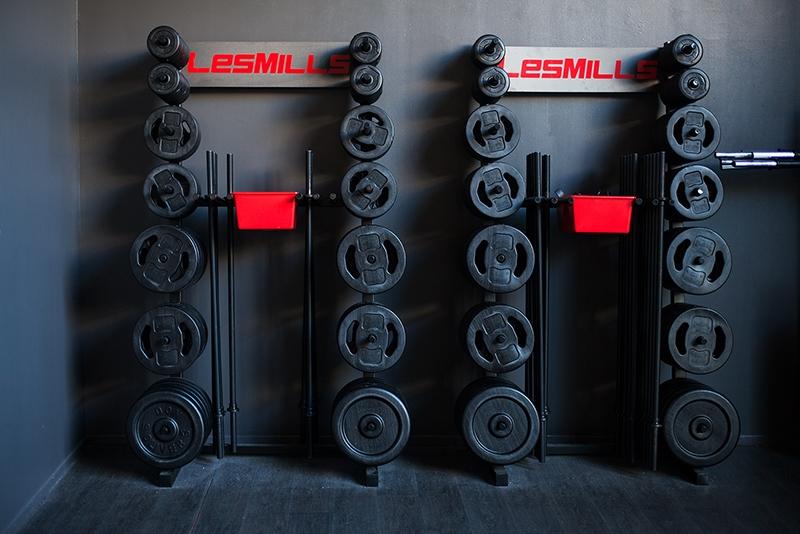 Barre et poids du studio fitness